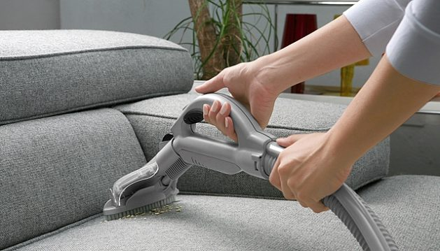 nettoyer canapé en tissus avec aspirateur